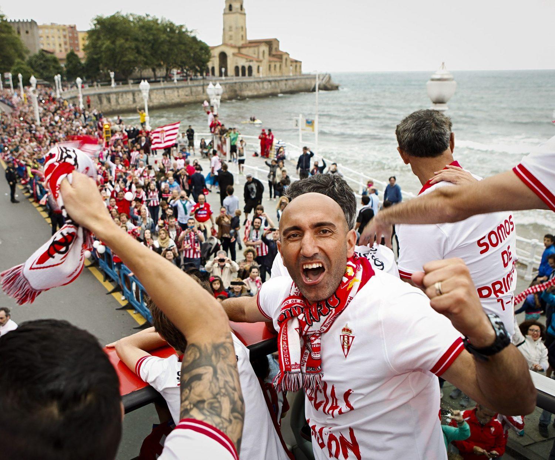 Abelardo celebra con lo jugadores del Sporting el ascenso a Primera en 2015.