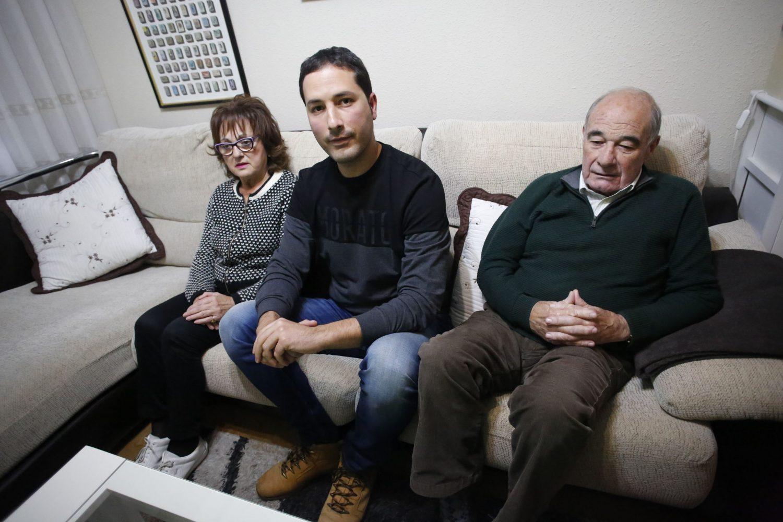 Adrián Prendes, con sus padres, Aurora Carrión y Fernando Prendes