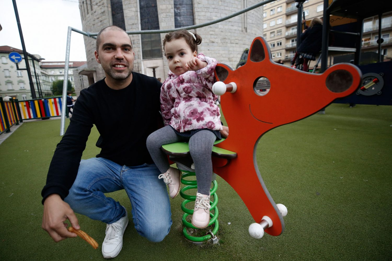 Javier Mier, con su hija de 2 años, Daniela, en Oviedo
