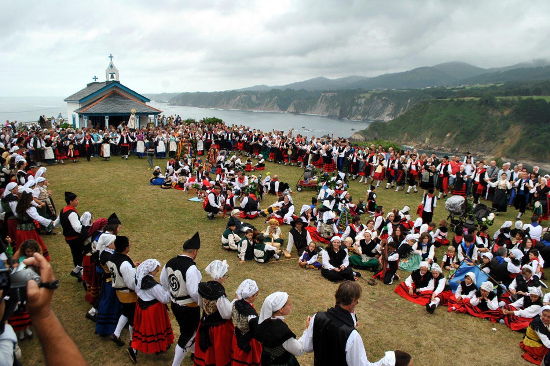 Romería de La Regalina, Cadavedo. Los participantes bailan la danza prima frente a la ermita.
