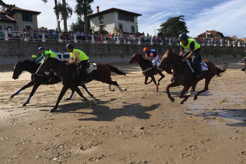Carrera de caballos purasangres ingleses en la playa de Santa Marina de Ribadesella