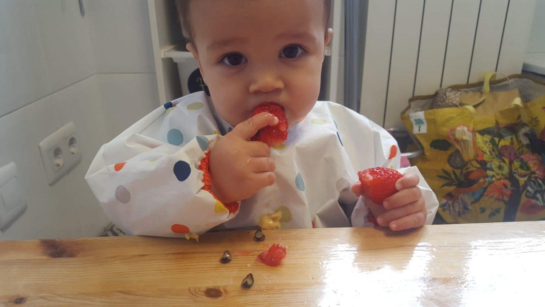 El hijo de Laura Vigil, comiendo fruta