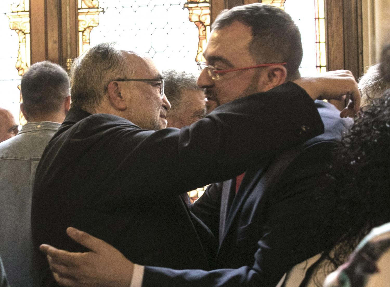 Adrián Barbón saluda al arzobispo de Oviedo, Jesús Sanz Montes.